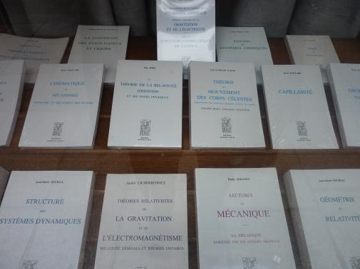 Det er bokhandlere for alle i Paris. Dette er helt klart en gate for realistene. Jeg liker å tenke at jeg er det, men hélas!