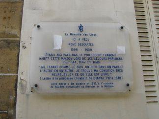 Descartes oppholdt seg for det meste i Holland, men i Paris, bodde han i den lille gata rue Rollin som ligger i Latinerkvarteret, rett ved Place de la Contrescarpe og Mouffetard.