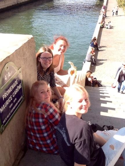 Jenter ved Seinen i Paris